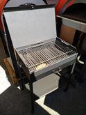 Barbecue artigianale con ruote e griglia regolabile